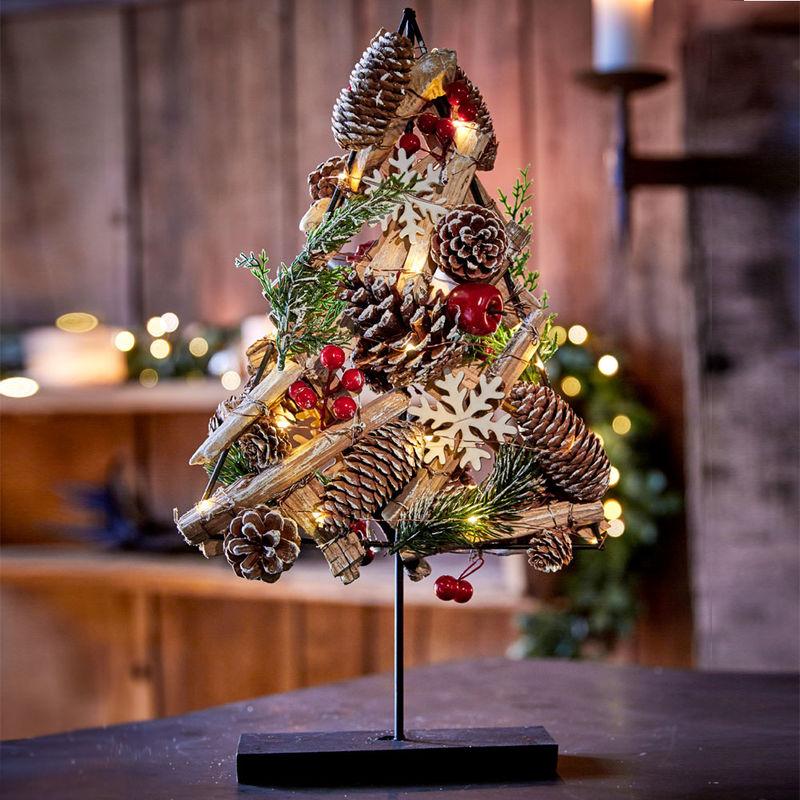 österreich Weihnachtsbaum.Rustikaler Beleuchteter Weihnachtsbaum In Traditionellen Farben