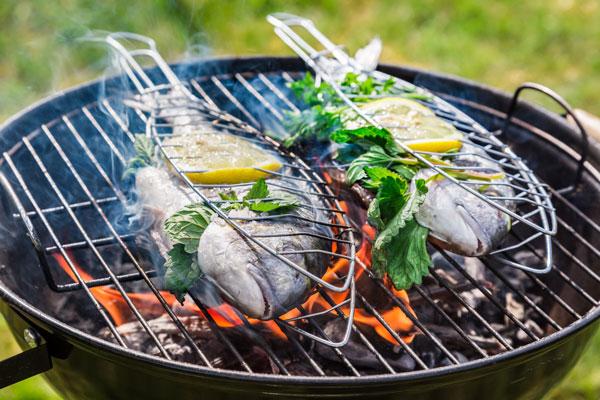 Fisch auf dem Grill zubereiten